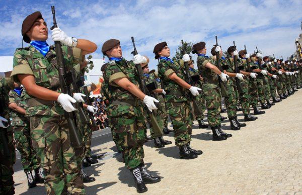 Cerimónia militar e exercícios, nas comemorações do segundo aniversário da Escola Prática dos Serviços