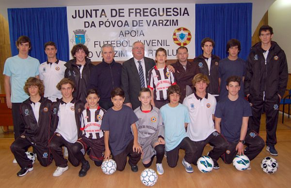 """""""Todos temos obrigação de ajudar estes jovens"""". Município e Junta de Freguesia apoiam futebol juvenil do Varzim"""