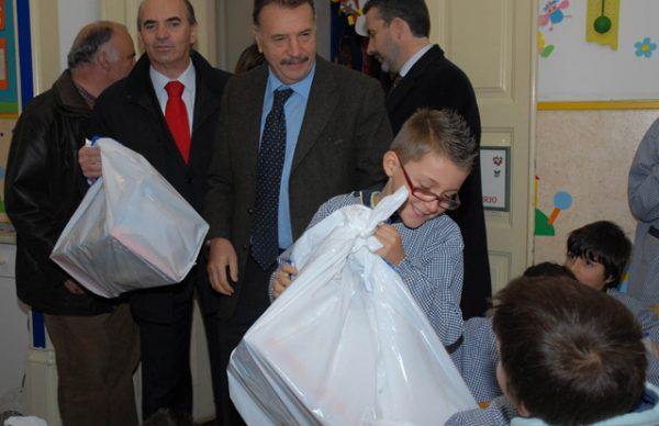 """Presidente da Câmara distribui presentes – hoje acontece """"Um Gesto de Natal"""""""