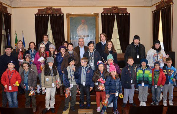 Crianças cantaram as Boas Festas ao executivo municipal