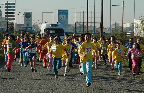 Mais de um milhar de jovens atletas disputaram hoje prova de corta-mato do Escola da Minha Vida