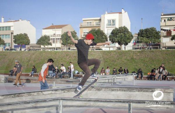Jovens invadem Skate Parque