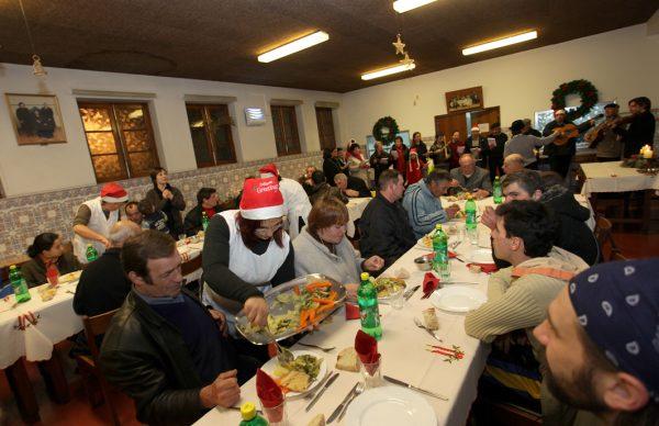 A Beneficente ajudou quase uma centena a comemorar o Natal