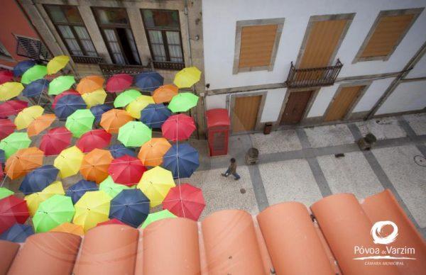 Instalação de guarda-chuvas em frente ao Cine-Teatro Garrett
