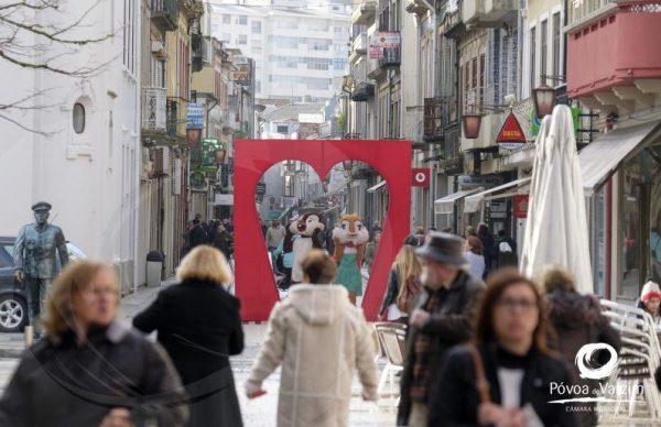 Animação nas ruas e estabelecimentos comerciais