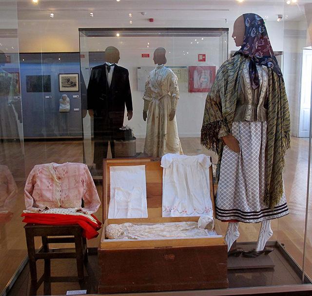 exposição trajes de luxo