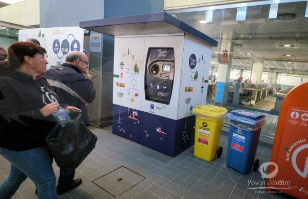 Máquina de reciclagem do Mercado em funcionamento