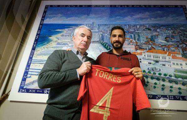 Bruno Torres ofereceu camisola autografada ao Presidente da Câmara