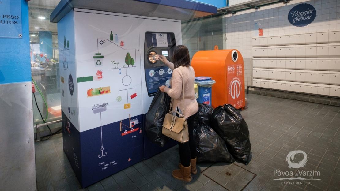 Um ano da máquina de recolha de recicláveis no Mercado 1