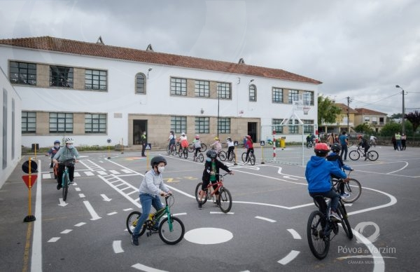 """""""É Bom Pedalar Aqui!"""": Alunos poveiros aprendem a andar de bicicleta na escola"""