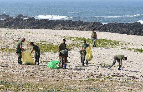 Escola dos Serviços realiza limpeza de praia em Quião