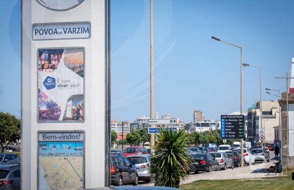 Painéis informativos de disponibilidade de estacionamento